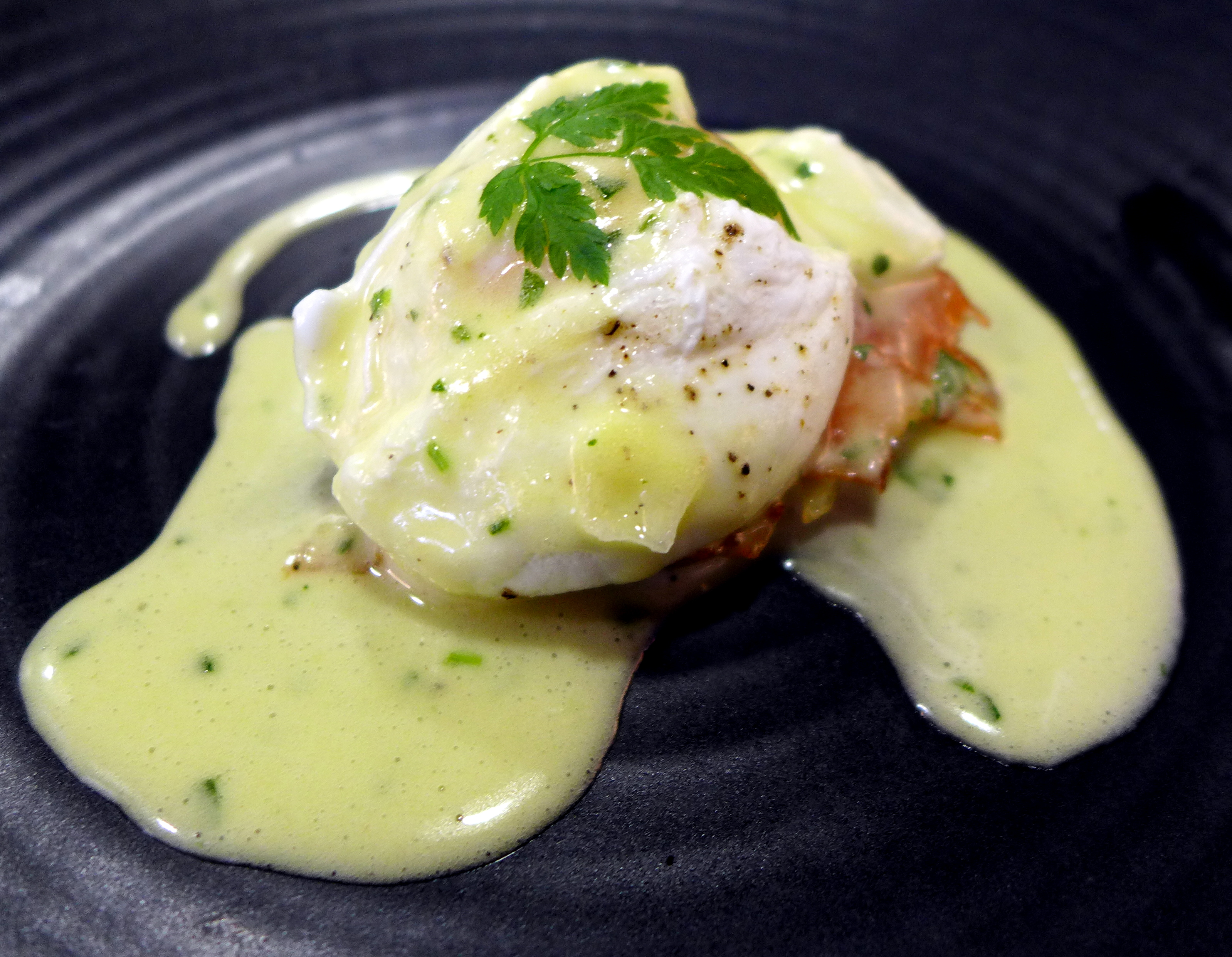 Poached egg on grated potatoes and smoked salmon with a hollandaise/bernaise sauce